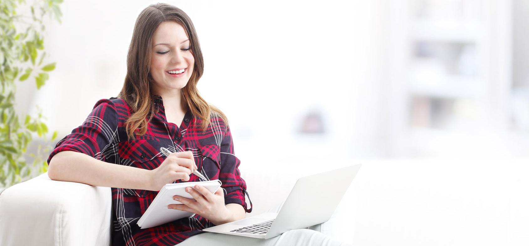 Klientka studiująca kurs internetowy